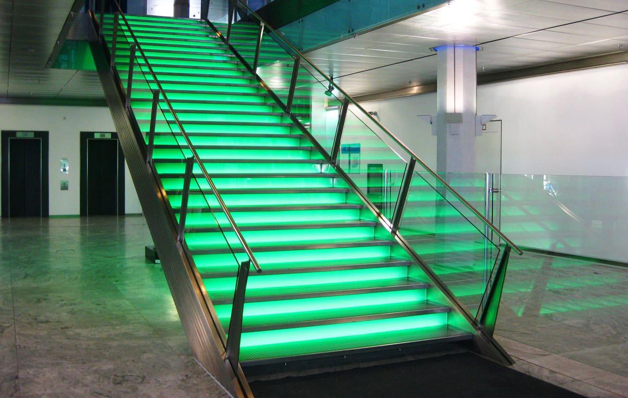 LED-Lichttreppe mit einzeln individuell beleuchteten Stufen