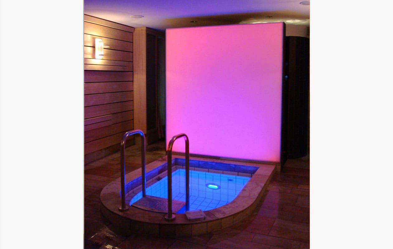 Tauchbecken-Beleuchtung mit Farbwechselprogrammierung aus Lightpanel splash mit Spritzwasserschutz. Foto: axis