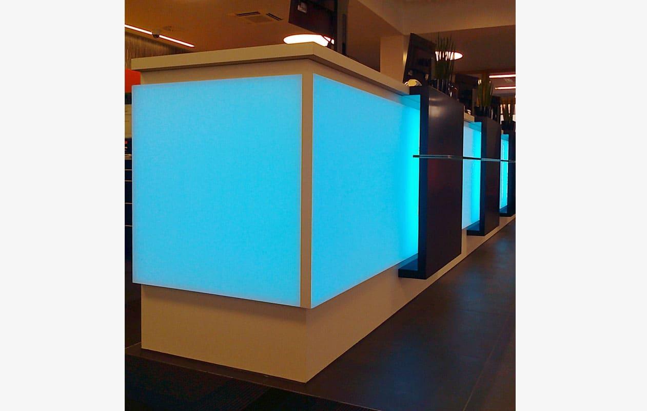 Homogen leuchtende und blendfreie Flächenlichter aus Lightpanel frameless, eingesetzt in Theken.
