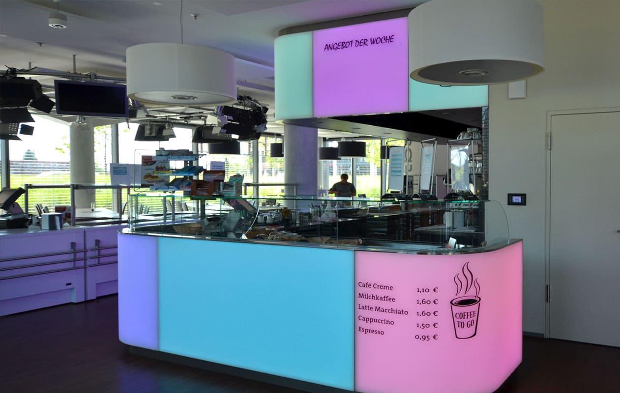 Bar mit Lichtflächen aus individuell gefertigten, warmverformten Lightpanels mit LED-Lichttechnik in RGB, die homogen leuchten und einzeln ansteuerbar sind.