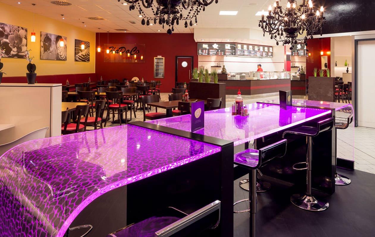 Lightgraphic-Leuchttisch aus transparentem Plexiglas® mit LED-Lichttechnik in RGB.