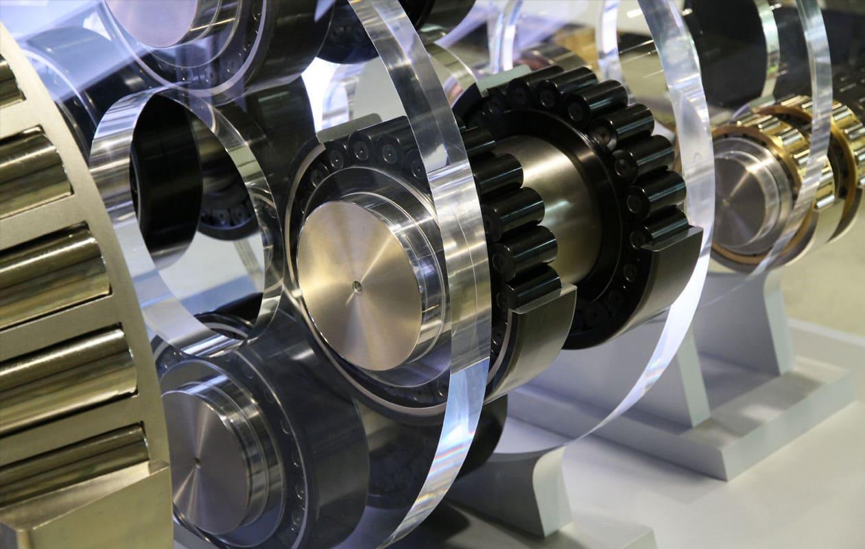 Die Schnittmodelle sind aufwendig veredelt und werden in hochwertigen Halterungen aus Plexiglas® präsentiert. Foto: axis