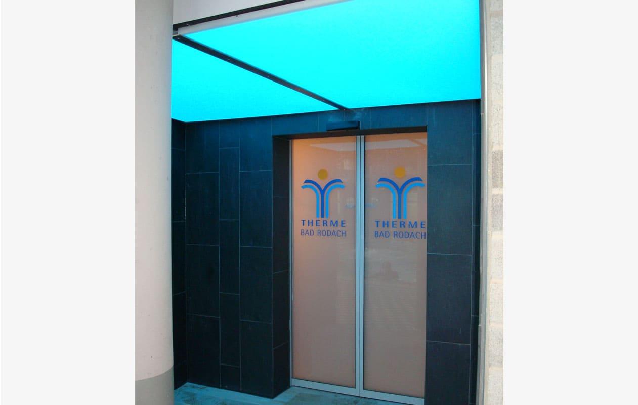 Deckenlicht aus Lightpanel-cover im Eingangsbereich der Therme. Foto: axis