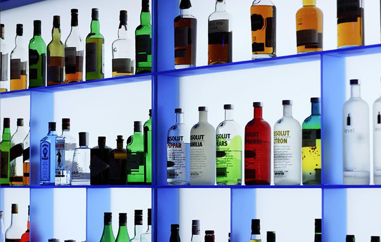 Vor der Lichtwand wurde ein Flaschenregal aus Designpanel Iceplex aufgesetzt.