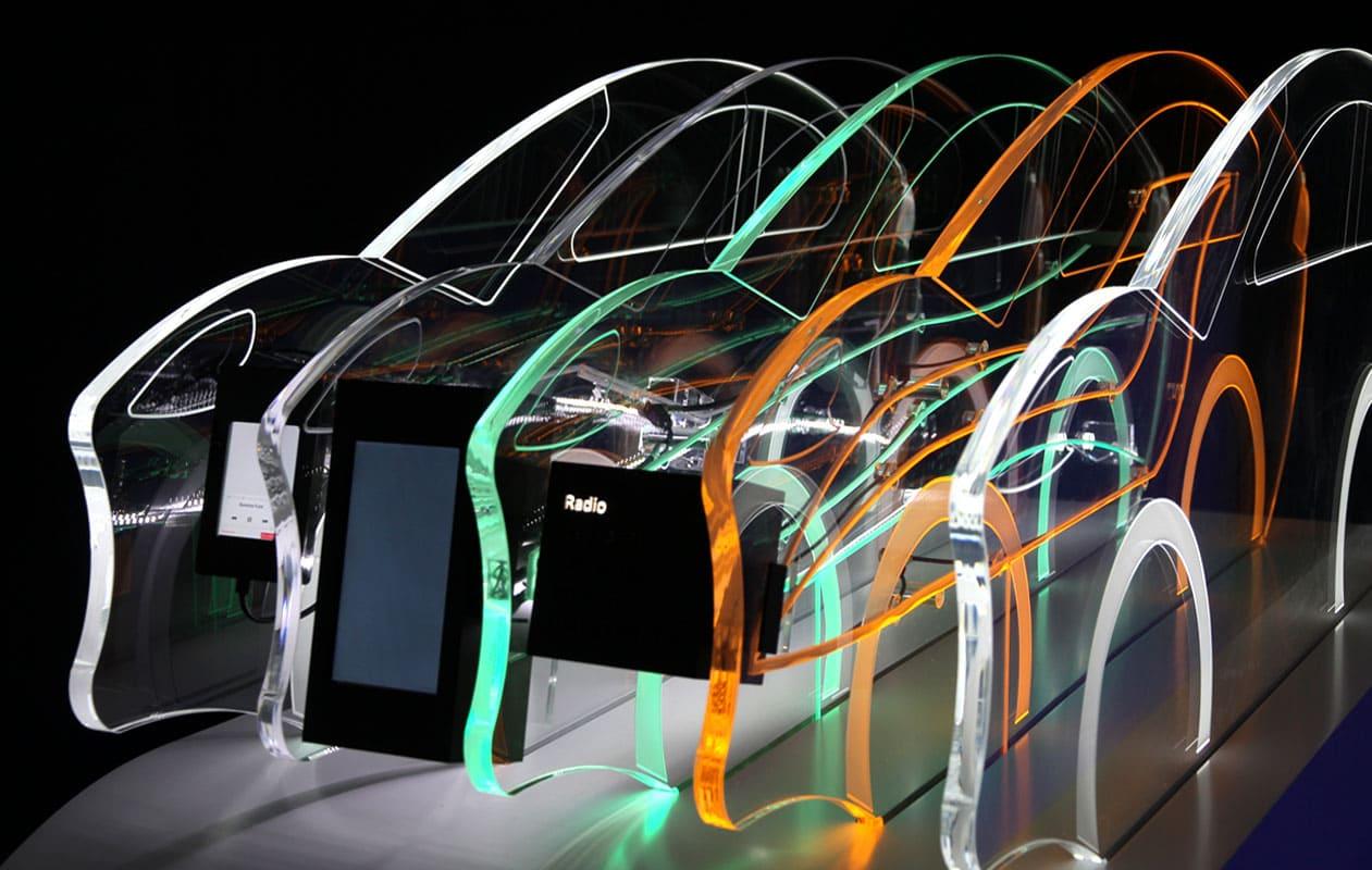 Funktionsmodell mit Lightgraphic-Elementen – lasergefrästes Acrylglas beleuchtet im LED-Lichttechnik in RGB – und Monitor.