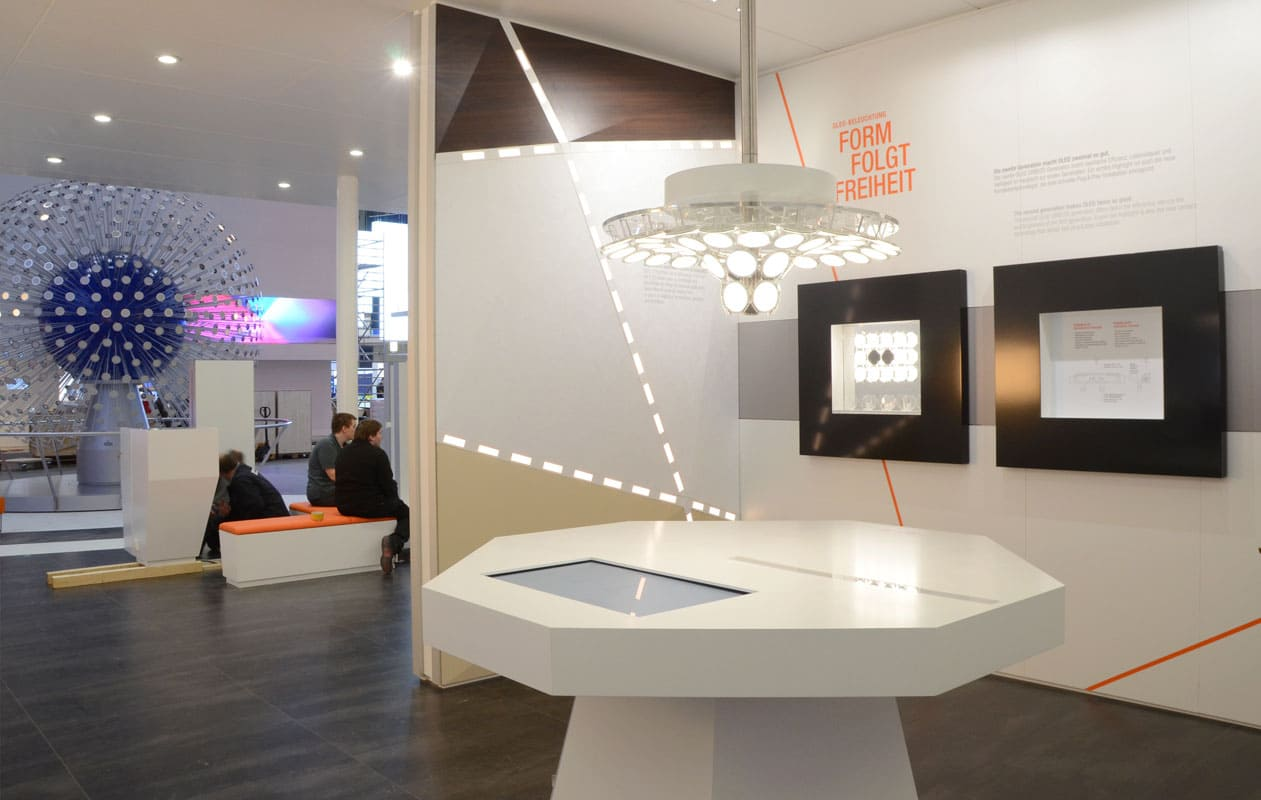 Messestand mit einer Lichtkugel aus 1000 einzeln-ansteuerbaren OLEDs und weiteren Lichtobjekten.