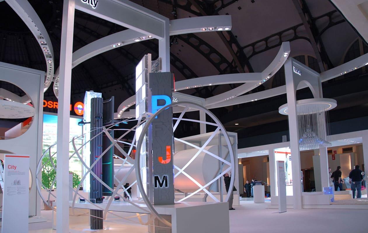 Individuell gefertigete Aufbauten mit Lichtobjekten für den Osram Messestand 2008.