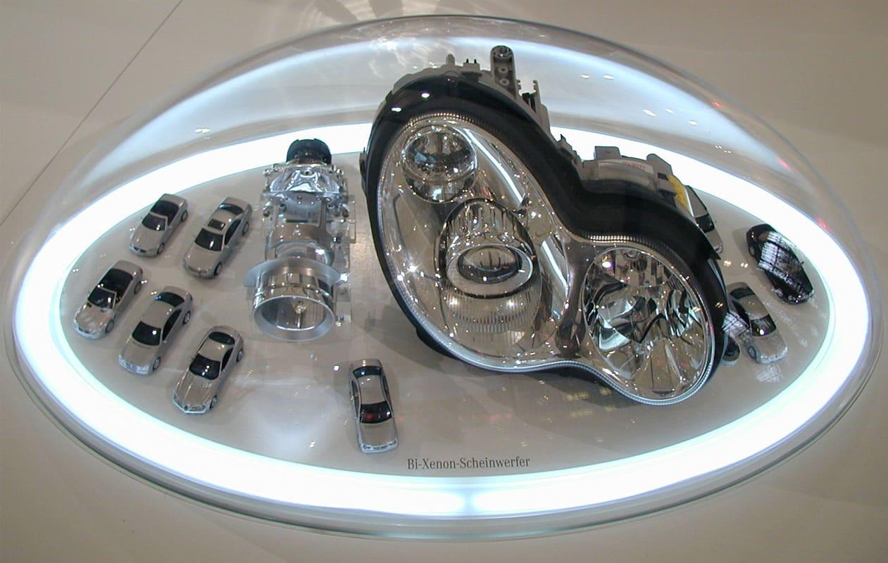 Funktionsmodelle, in gewölbten Hauben aus thermisch geformtem Acrylglas präsentiert und mit LED-Lichttechnik beleuchtet.