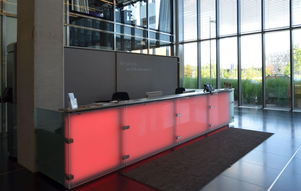 Leuchttheke aus Lightpanels mit LED-Lichttechnik in RGB, die homogen und blendfei leuchten.