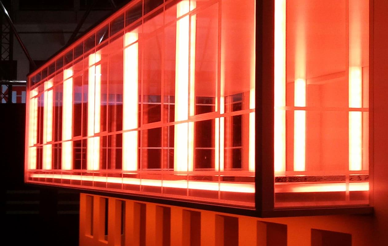 Detail eines Architekturmodells aus Plexiglas® und anderen Kunsttoffen, beleuchtbar durch LED-Bänder in RGB