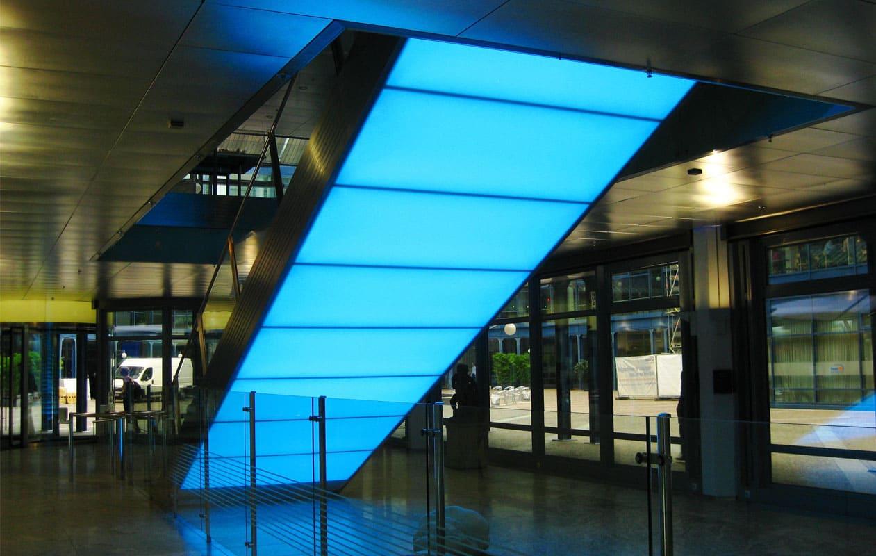 Rückseite einer Treppe ausgestattet mit LED-Flächenlichtern aus Lightpanel original in RGB