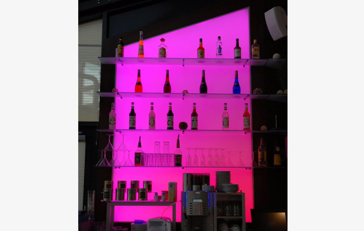 Das Lightpanel-Regal an der Barrückwand hat eine individuelle Form und leuchtet im chargierendem Farbwechsel. Foto: axis