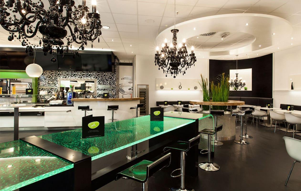 Lightgraphic-Leuchttisch aus transparentem Plexiglas® mit LED-Lichttechnik in RGB als Ambientebeleuchtung in einem Restaurant.